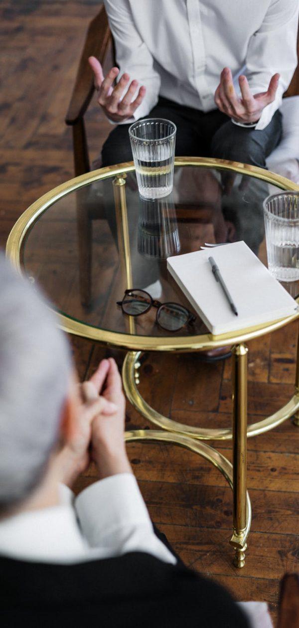 Conversazione e tavolo di vetro